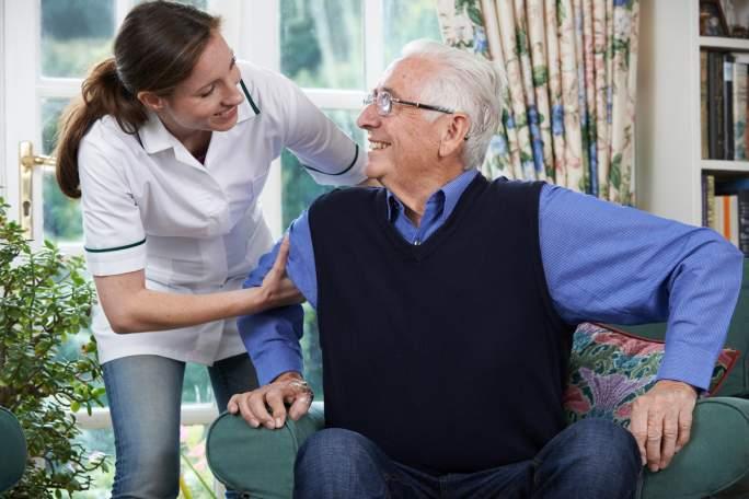 Personne âgée accompagnée dans les actes quotidiens de sa vie.